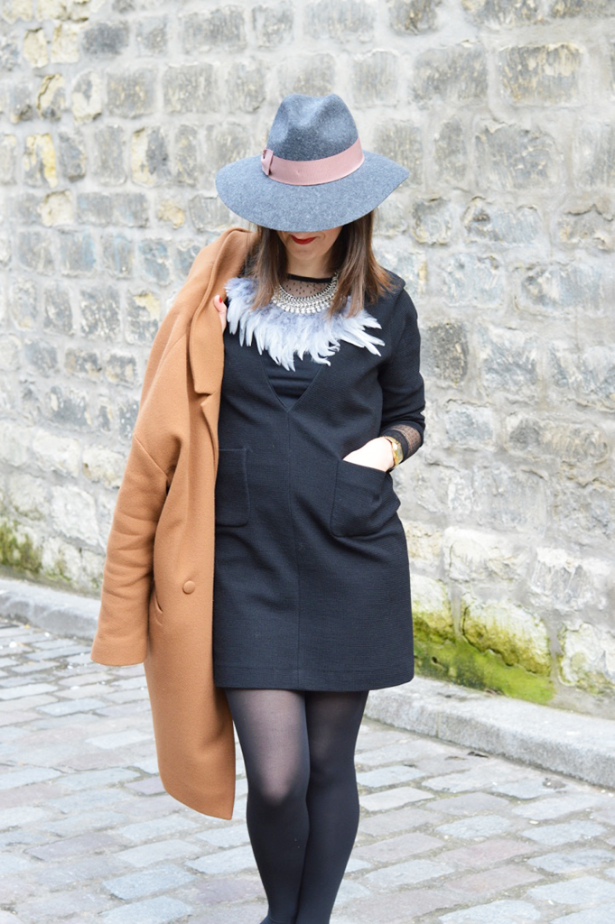 petite robe noire Sandro, collier Agatha, chapeau Kookaï et manteau Des Petits Hauts
