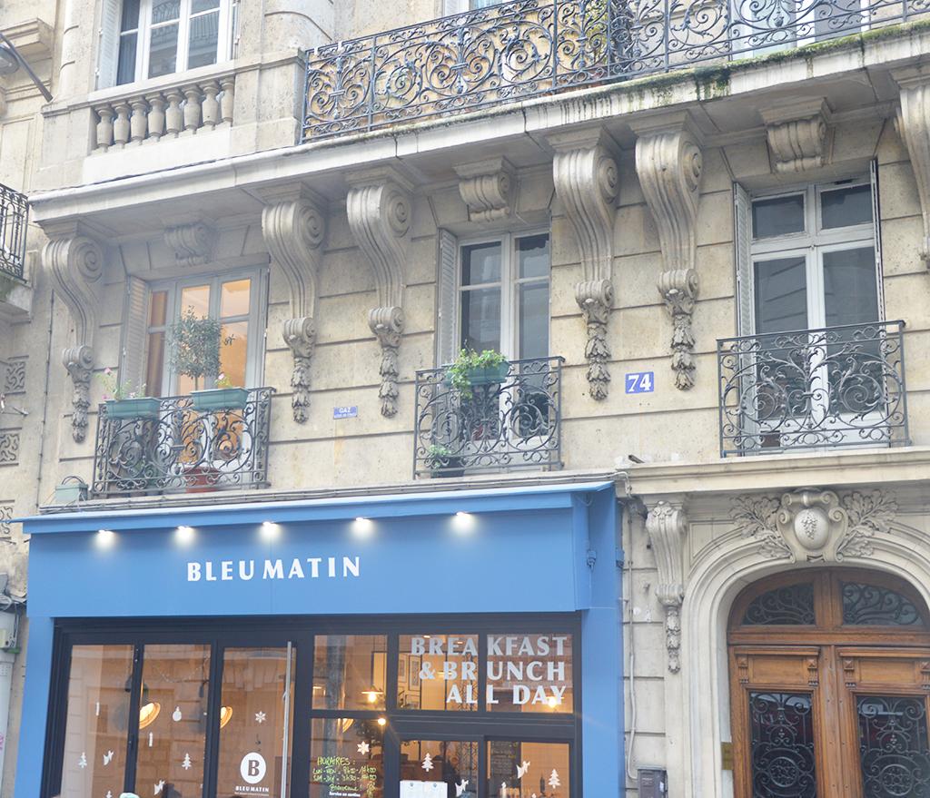 Devanture du café Bleu Matin, une des adresses gourmandes à Montmartre