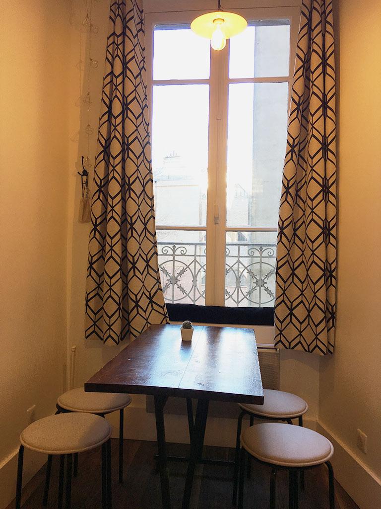 Salle du café Bleu Matin, une des adresses gourmandes à Montmartre