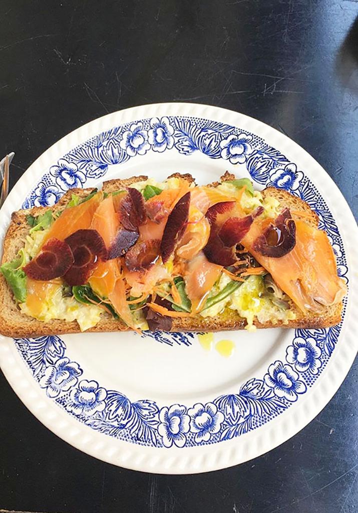 Tartine poireaux saumon au restaurant Bleu Matin à Montmartre