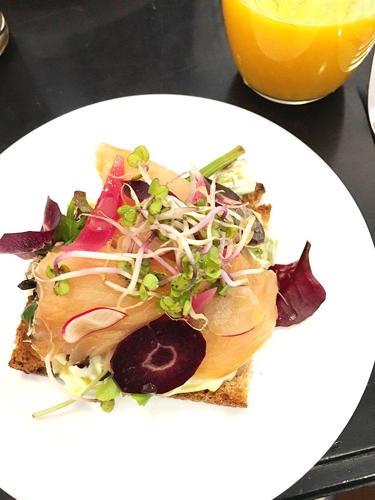 Toast au saumon au menu du coffee shop Bleu Matin à Montmartre