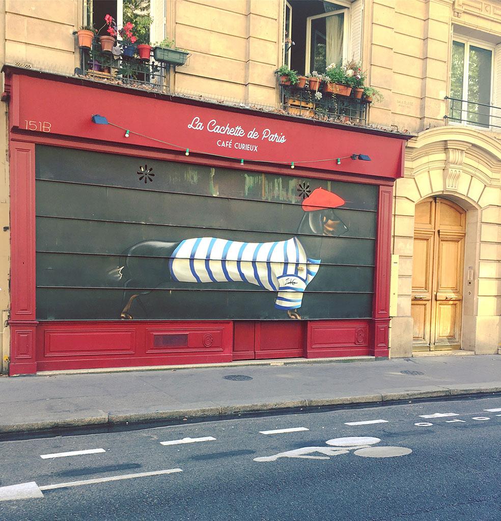 La façade de La Cachette de Paris, une des adresses gourmandes à Montmartre