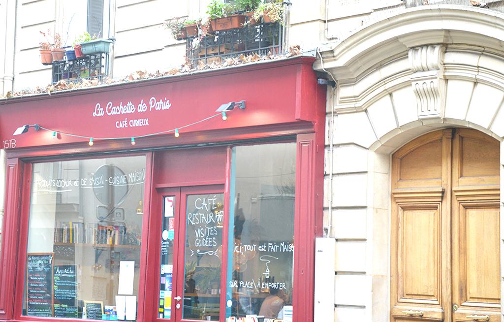 La devanture de La Cachette de Paris, une des adresses gourmandes à Montmartre