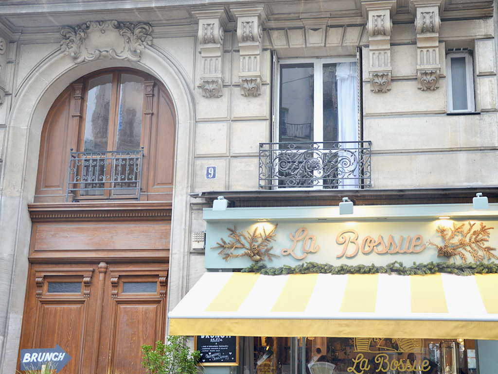 Devanture du salon de thé La Bossue, une des adresses gourmandes à Montmartre