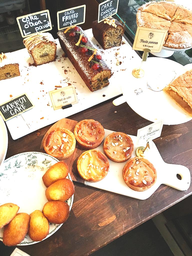 Comptoir de La Bossue avec les pâtisseries et les gâteaux faits maison