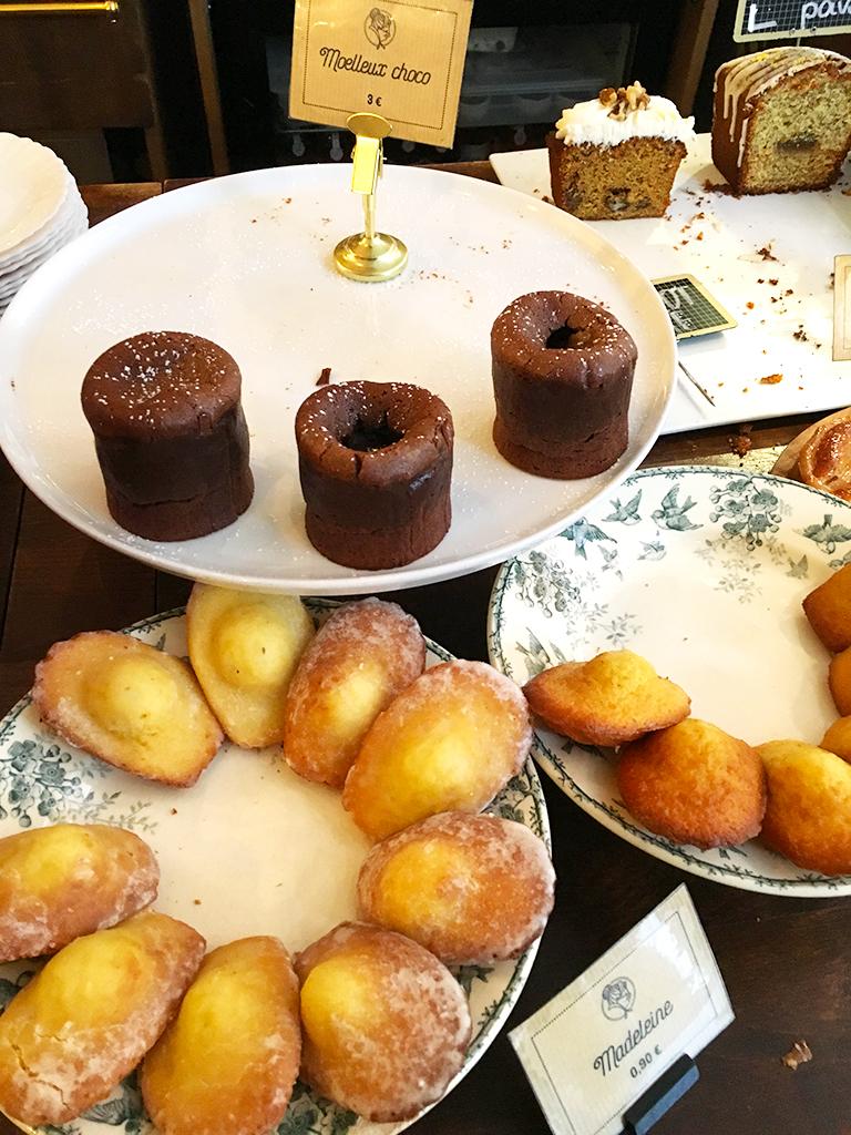 Comptoir de La Bossue avec les pâtisseries faites maison