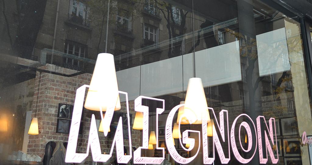 Vitrine du café Mignon Café, une des adresses gourmandes à Montmartre