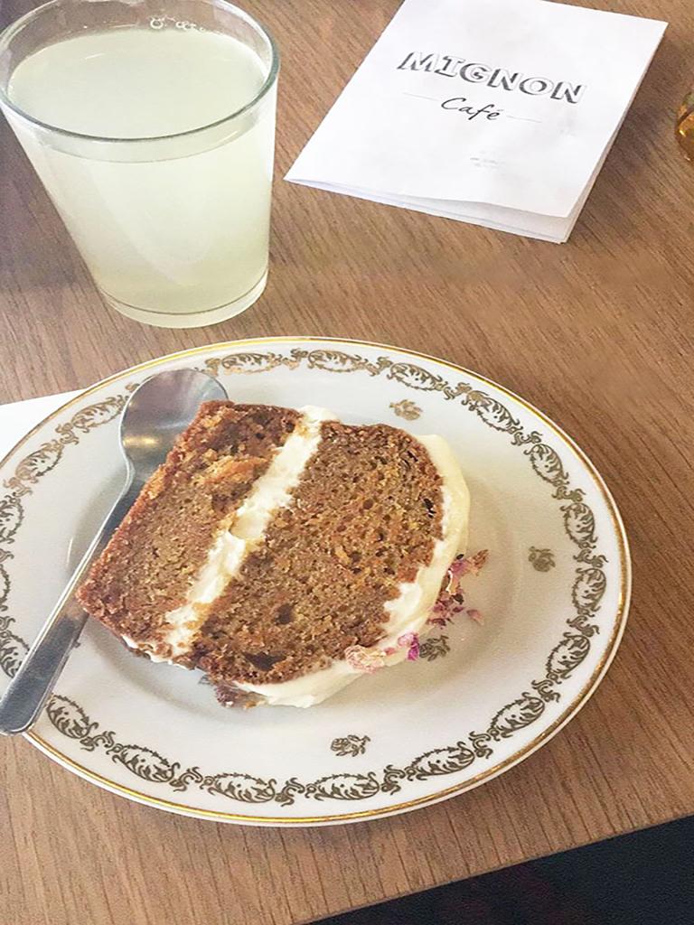 Carrot cake et citronnade au Mignon Café à Montmartre