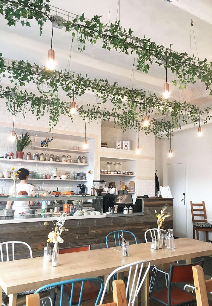 Intérieur du salon de café Petit Pays, une des adresses gourmandes à Montmartre