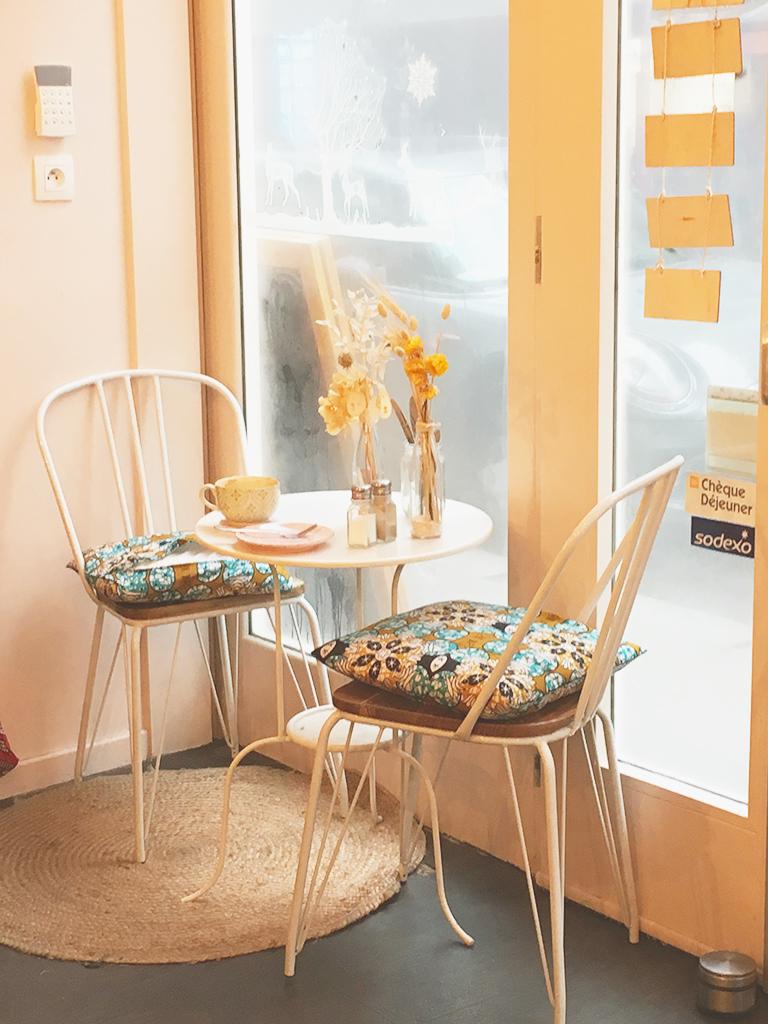 Intérieur du salon de café Petit Pays, à Montmartre