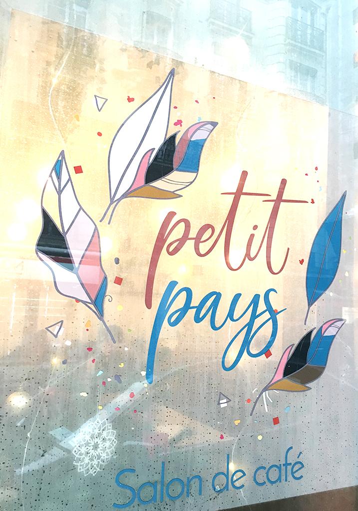 Vitrine de Petit Pays, salon de café, rue Damrémont, à Montmartre