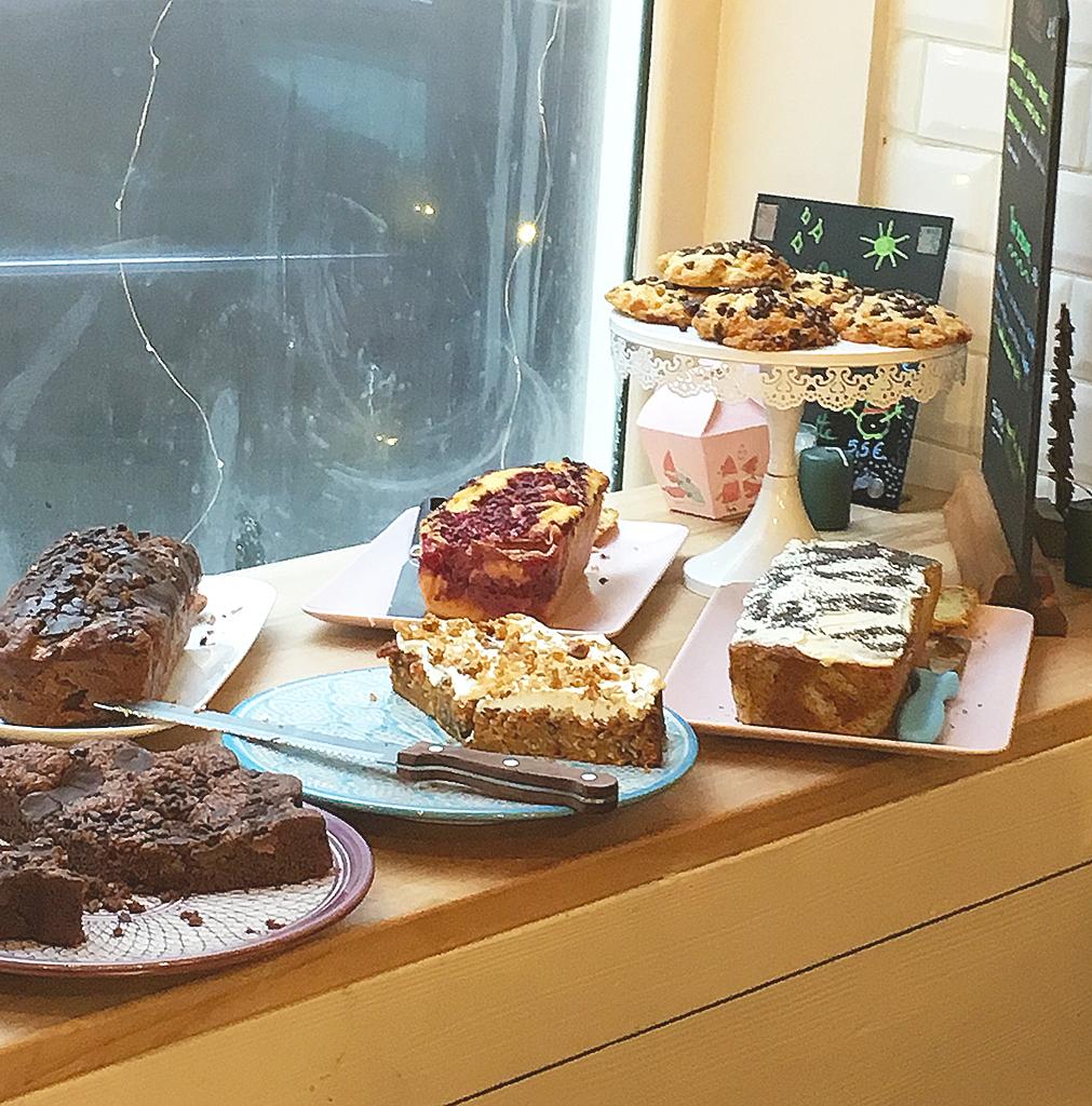 Sélection de gâteaux au coffee shop Petit Pays, à Montmartre